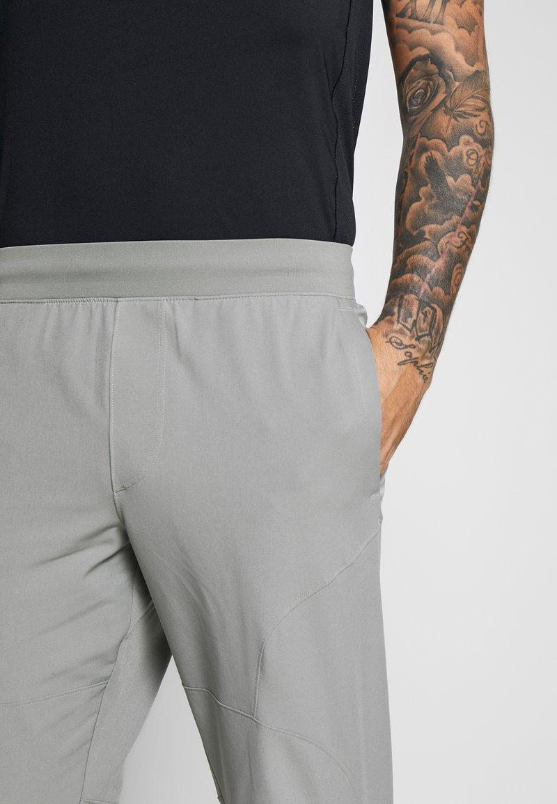 Min ir de compras retrasar  Under Armour UA FLEX WOVEN JOGGERS - Pantalon de survêtement - gravity  green/black/vert foncé - ZALANDO.FR