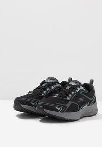 Skechers Performance - GO RUN CONSISTENT - Obuwie do biegania treningowe - black/grey - 2