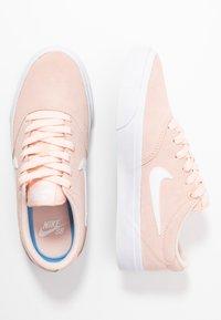 Nike SB - CHARGE - Joggesko - washed coral/white/black - 3