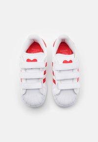 adidas Originals - SUPERSTAR UNISEX - Sneakers laag - footwear white/vivid red - 3