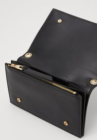 Versace Jeans Couture - CHAIN WALLET ON STRAP BAROQUE LOGO - Umhängetasche - nero - 2