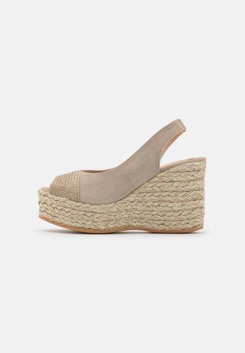 RENE - Sandály na platformě - natural