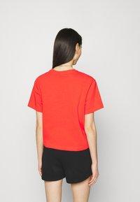 Nike Sportswear - T-shirt med print - light crimson/black - 2