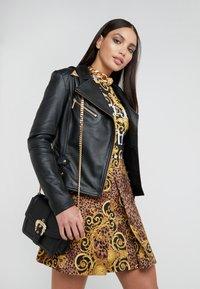 Versace Jeans Couture - BELT BUCKLE SHOULDER BAG SMALL - Schoudertas - nero - 1