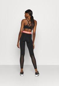 Nike Performance - Legginsy - black/magic ember/white - 2