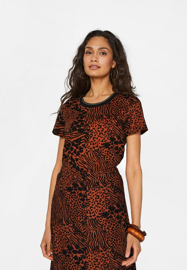 T-shirt print - cinnamon brown