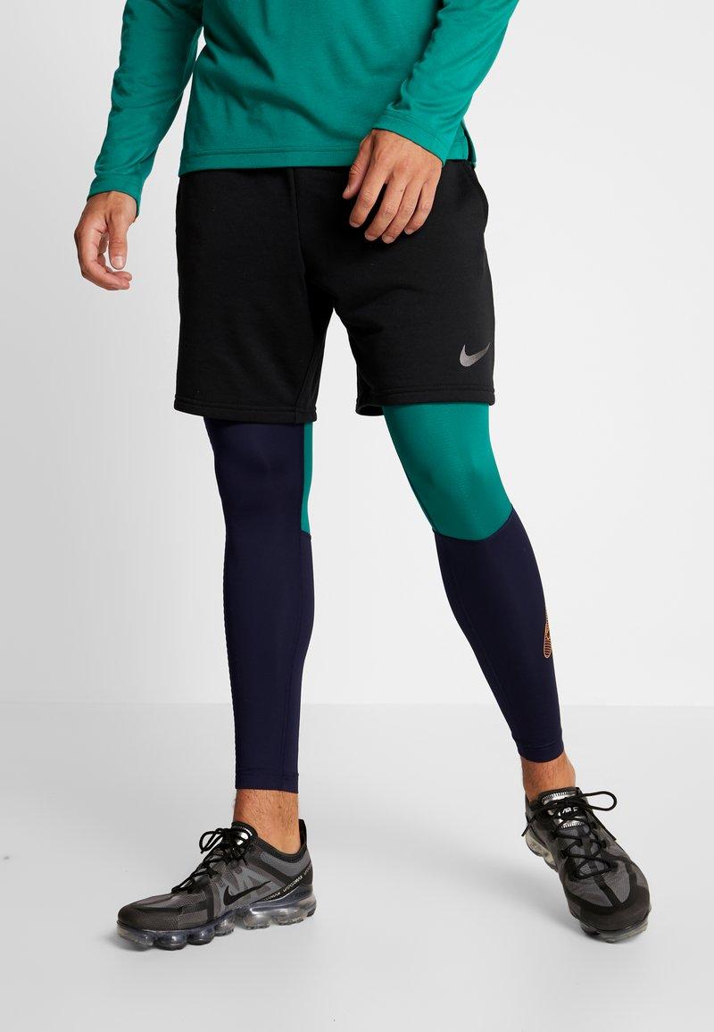 Nike Performance - Legginsy - blackened blue/mystic green/kumquat