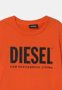 Diesel - JUSTLOGO MAGLIETTA - Triko spotiskem - flame orange - 2