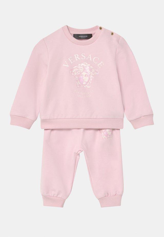 MEDUSA VIA GESU SET - Tepláková souprava - pink baby/white