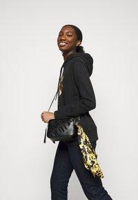 Versace Jeans Couture - THELMA CAMERA BAG - Torba na ramię - nero - 0