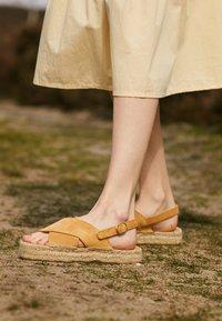 JUTELAUNE - CROSSED FLAT - Platform sandals - brown - 4