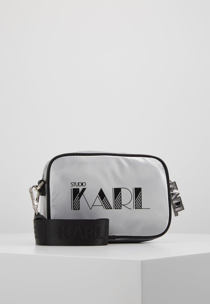 KARL LAGERFELD - CROSSBODY - Taška spříčným popruhem - silver