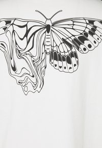 NU-IN - Byron Denton x NU-IN MELTED BUTTERFLY OVERSIZED  - Printtipaita - off-white - 2