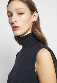 Victoria Beckham - SLEEVELESS NECK MIDI - Pletené šaty - navy - 5