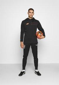 Puma - CASUALS HOODY - Sweat à capuche - black/fizzy orange - 1