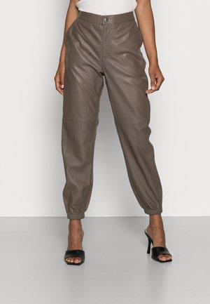 KJERSTEN - Pantalon en cuir - walnut