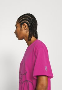 Levi's® - LEVI'S X PEANUTS GRAPHIC - T-shirts med print - fuschia red - 3