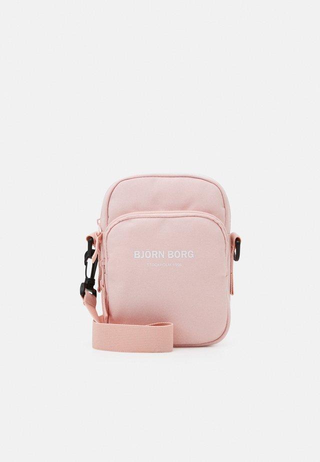 ANA CROSSBODY BAG - Olkalaukku - pink