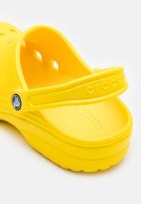 Crocs - CLASSIC UNISEX - Badesandale - classic lemon - 4