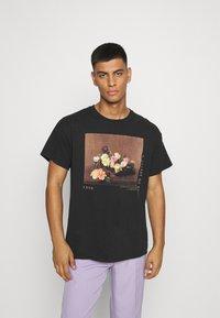 Mennace - ROSEBOWL BASKET OF ROSES - Print T-shirt - washed black - 0