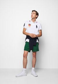 Polo Ralph Lauren - CLASSIC FIT PREPSTER - Shorts - new forest - 1