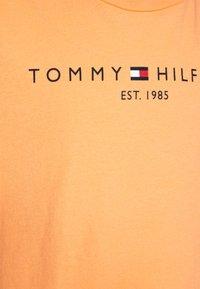 Tommy Hilfiger - ESSENTIAL TEE  - T-shirt print - orange - 2