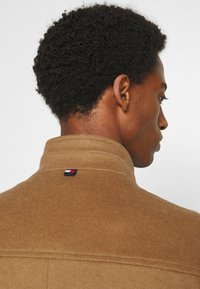 Tommy Hilfiger Tailored - SOLID STAND UP COLLAR COAT - Classic coat - brown - 3