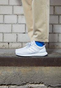 adidas Performance - ULTRABOOST 4.0 DNA UNISEX - Baskets basses - footwear white/core black - 2