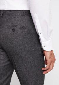 Isaac Dewhirst - STAND ALONE TEXTURE - Spodnie garniturowe - grey - 3
