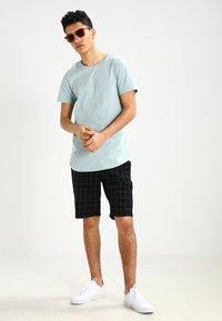 Jack & Jones - JJPRHUGO TEE CREW NECK  - Basic T-shirt - grey mist - 1