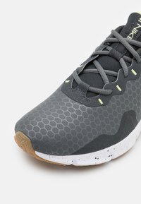 Nike Performance - LEGEND ESSENTIAL 2 - Scarpe da fitness - iron grey/white/dark smoke grey/limelight/light brown - 5