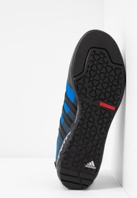 adidas Performance - TERREX SWIFT SOLO - Klatresko - collegiate navy/core black/blue - 4