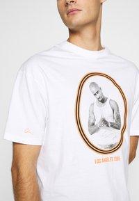 Chi Modu - PAC LA - Print T-shirt - white/orange - 4