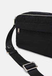 PARFOIS - CROSSBODY BAG M - Across body bag - black - 5