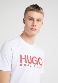 HUGO - DOLIVE - Printtipaita - white - 4