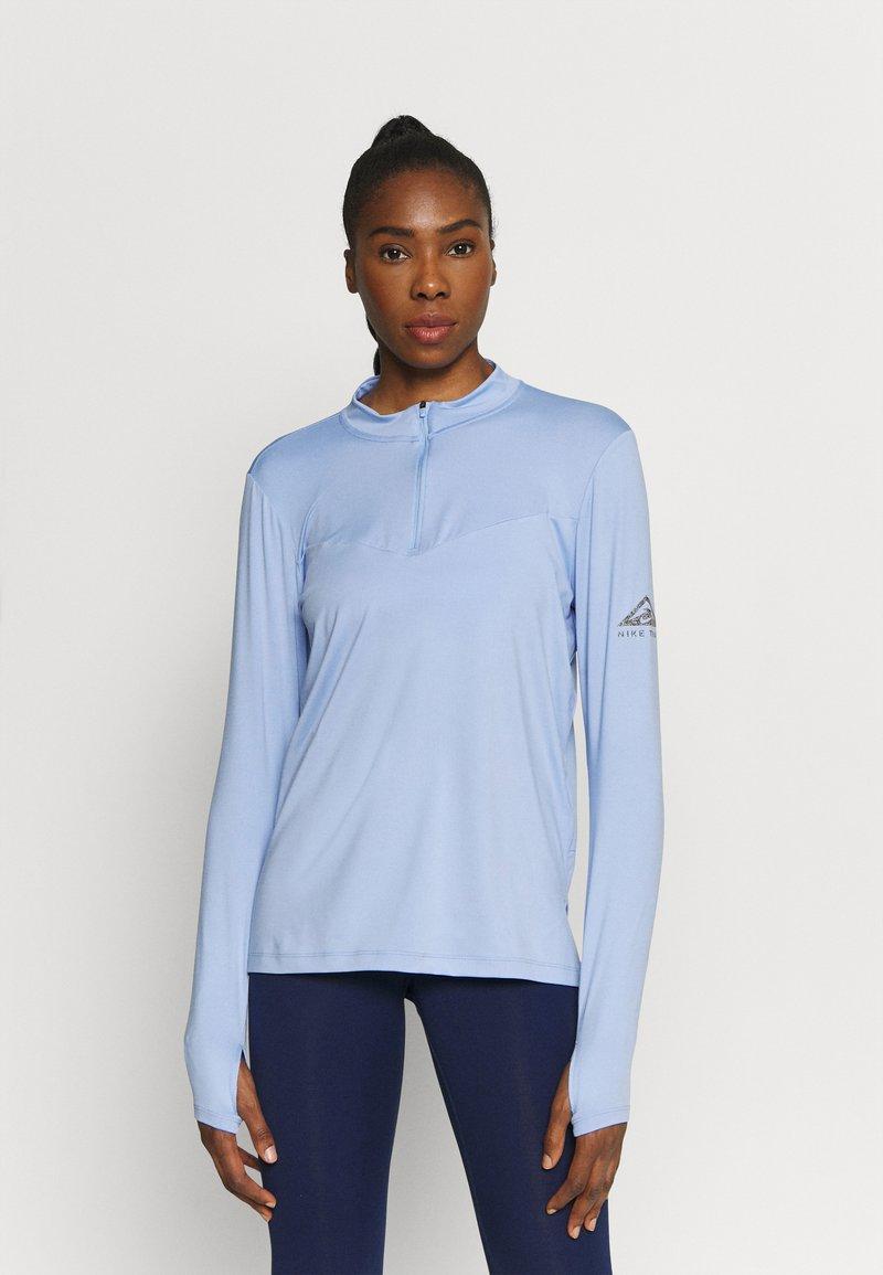 Nike Performance - ELEMENT TRAIL MIDLAYER - Sportshirt - aluminum/reflective silver
