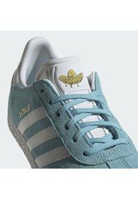 adidas Originals - GAZELLE SHOES - Zapatillas - hazy sky/ftwr white/yellow - 7