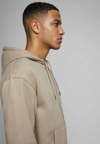 Jack & Jones - JJESOFT ZIP HOOD - Zip-up hoodie - beige - 3