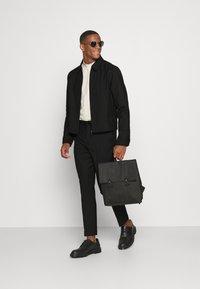 Isaac Dewhirst - HARRINGTON JACKET AND DRAWCORD TROUSERS SET - Pantalon classique - black - 1
