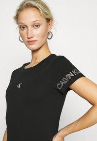 Calvin Klein Jeans - OUTLINE LOGO TEE - Printtipaita - black - 4