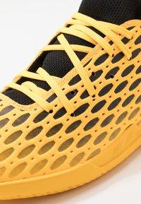 Puma - FUTURE 5.4 IT - Indoor football boots - ultra yellow/black - 5
