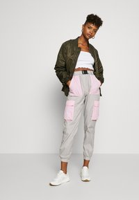 Missguided - CODE CREATE BUCKLE BELT TRACKSUIT BOTTOMS - Trainingsbroek - grey/pink - 1