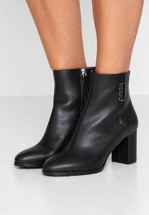 VICTORIA BOOTIE - Støvletter - black