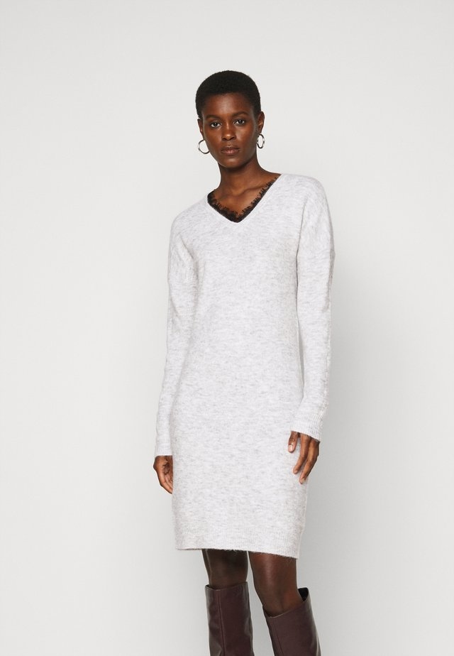 VMIVA V NECK DRESS TALL - Abito in maglia - light grey melange