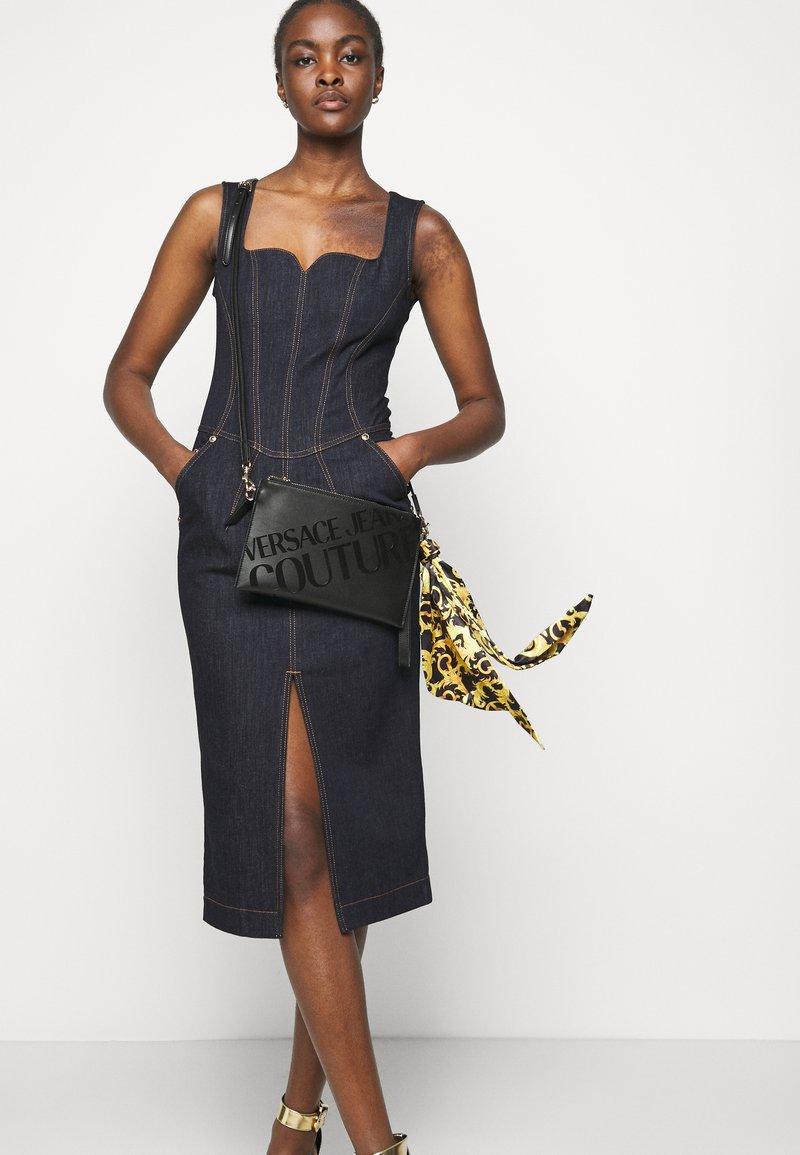 Versace Jeans Couture - THELMA MEDIUM POUCH - Taška spříčným popruhem - nero