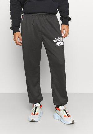 NBA BROOKLYN NETS SPOTHLIGHT PANT - Pantaloni sportivi - anthracite