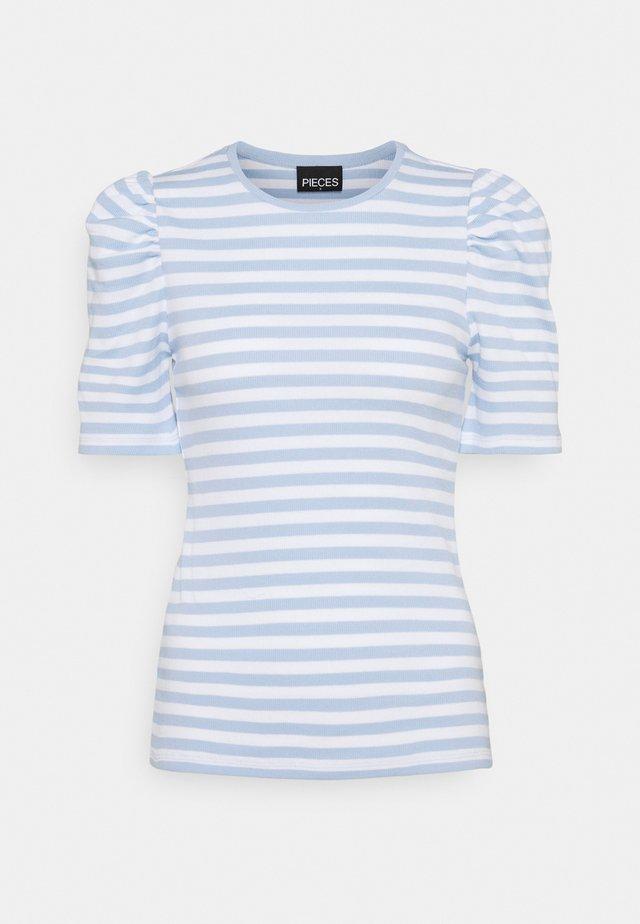 PCANNA - T-shirt z nadrukiem - bright white/kenntucky blue