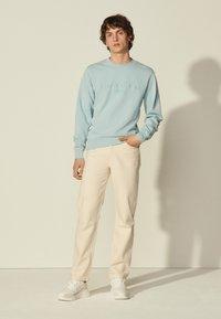 sandro - CREW UNISEX - Sweatshirt - bleu ciel - 0