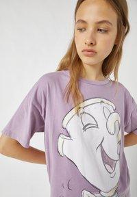 PULL&BEAR - MIT TASSILO-MOTIV - Print T-shirt - mauve - 3