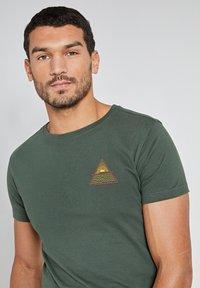 Shiwi - SUNSHINE TRIANGLE - Print T-shirt - cilantro - 3